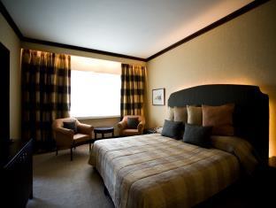 Cinnamon Lakeside Hotel